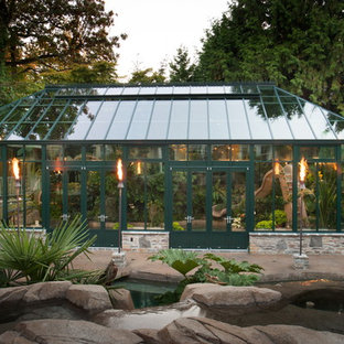 Inspiration för stora moderna fristående garager och förråd, med växthus