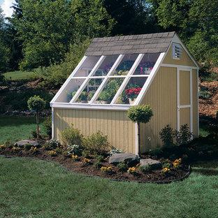Exempel på en mellanstor klassisk fristående garage och förråd, med växthus