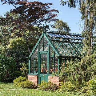 Inspiration för klassiska fristående garager och förråd, med växthus