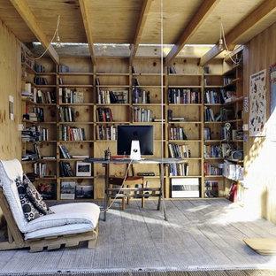 Exempel på en eklektisk garage och förråd