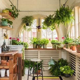 Réalisation d'un abri de jardin champêtre de taille moyenne.