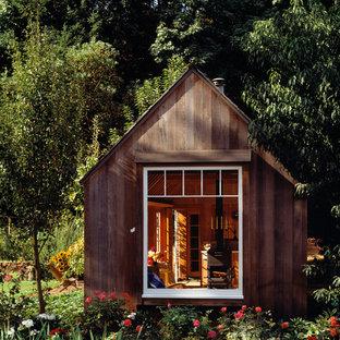 Foto på ett litet rustikt fristående gästhus