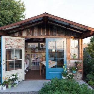 Cette image montre un abri de jardin séparé style shabby chic de taille moyenne avec un bureau, studio ou atelier.