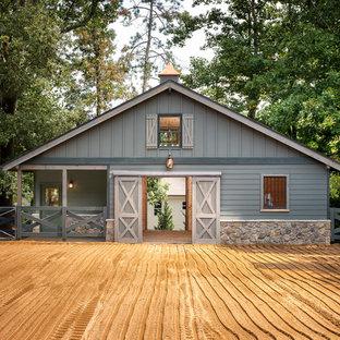 Idée de décoration pour un très grand abri de jardin séparé champêtre.