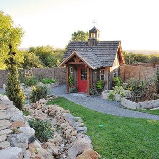 Réalisation d'un abri de jardin séparé champêtre de taille moyenne avec un abri de jardin.