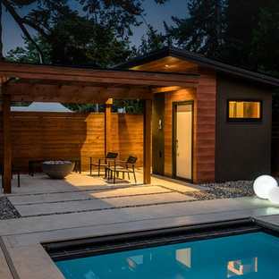 Photo of a small midcentury detached garden shed in Vancouver.