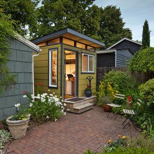 Idée de décoration pour un petit abri de jardin séparé minimaliste avec un bureau, studio ou atelier.