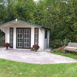 Exempel på en klassisk fristående garage och förråd