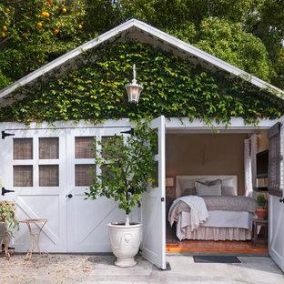 Shabby chic-inspirerad inredning av ett fristående gästhus