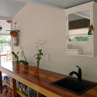 Foto på en eklektisk garage och förråd