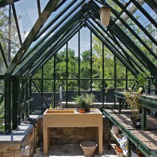 Bild på en mellanstor medelhavsstil fristående garage och förråd, med växthus