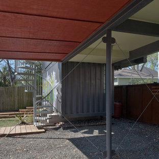 Inredning av en modern liten garage och förråd