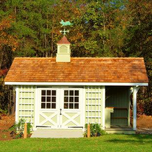 Cette photo montre un très grand abri de jardin séparé chic avec un abri de jardin.
