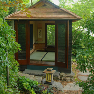 Cette image montre un abri de jardin séparé asiatique avec un bureau, studio ou atelier.