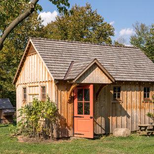 Foto di un piccolo capanno da giardino o per gli attrezzi indipendente classico