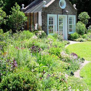 Aménagement d'un abri de jardin victorien avec un abri de jardin.