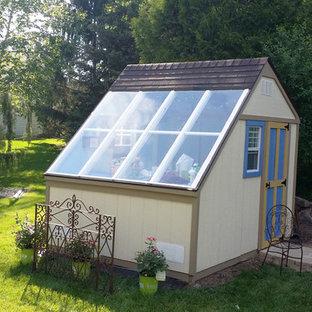 Idéer för mellanstora funkis fristående garager och förråd, med växthus