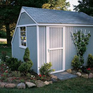 Foto på ett mellanstort vintage fristående trädgårdsskjul