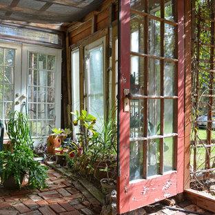 Idéer för att renovera en eklektisk garage och förråd, med växthus