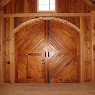 This is an example of an expansive traditional detached barn in Philadelphia.