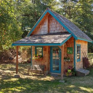 Exempel på ett mellanstort rustikt fristående trädgårdsskjul