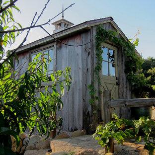 Réalisation d'un petit abri de jardin séparé champêtre avec un abri de jardin.