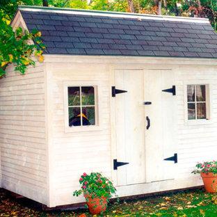 Exempel på ett litet klassiskt fristående trädgårdsskjul