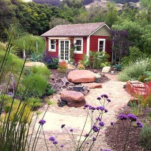 Lantlig inredning av ett fristående trädgårdsskjul