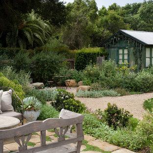 Réalisation d'un abri de jardin séparé méditerranéen de taille moyenne.