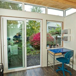 Inspiration för ett mellanstort funkis fristående kontor, studio eller verkstad