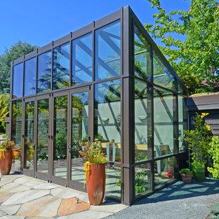 Exempel på en modern garage och förråd, med växthus
