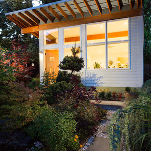 This is an example of a small midcentury detached granny flat in Seattle.