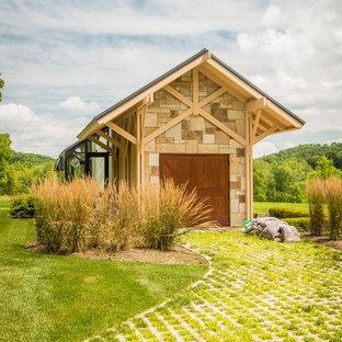 Foto på en mellanstor funkis fristående garage och förråd, med växthus