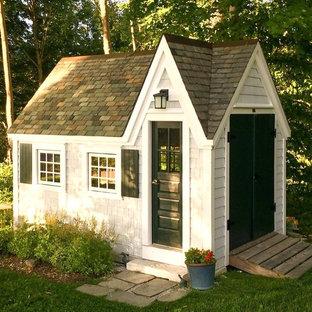 Cette image montre un petit abri de jardin séparé victorien avec un abri de jardin.