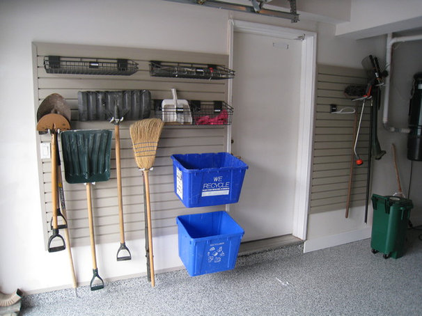 Modern Garage And Shed by CLOSET ENVY INC.
