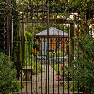 Inredning av ett eklektiskt mellanstort fristående trädgårdsskjul
