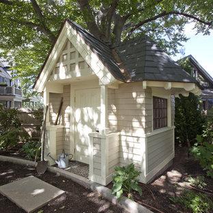 Cette image montre un abri de jardin victorien avec un abri de jardin.