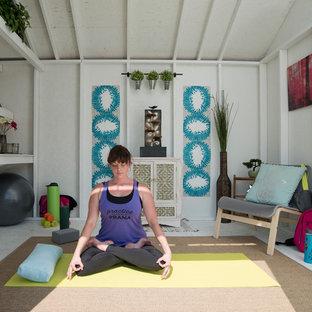 Aménagement d'un abri de jardin séparé romantique de taille moyenne avec un bureau, studio ou atelier.