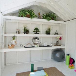 Cette photo montre un abri de jardin séparé romantique de taille moyenne avec un bureau, studio ou atelier.
