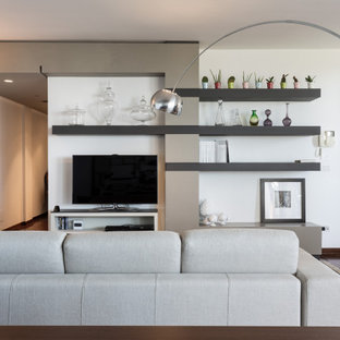 Foto di un grande soggiorno design con pareti bianche, pavimento in legno massello medio, TV autoportante e pavimento marrone