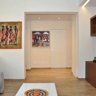 ミラノの大きいアジアンスタイルのおしゃれな独立型リビング (ライブラリー、マルチカラーの壁、磁器タイルの床、埋込式メディアウォール、茶色い床) の写真