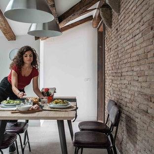 Esempio di un soggiorno stile rurale di medie dimensioni e stile loft con pavimento con piastrelle in ceramica, nessun camino e pavimento rosa