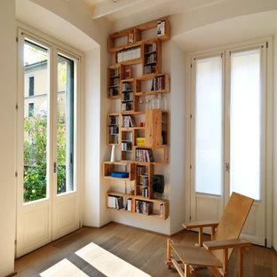 ミラノの中サイズのコンテンポラリースタイルのおしゃれなオープンリビング (白い壁、無垢フローリング、レンガの暖炉まわり、テレビなし、両方向型暖炉、ベージュの床) の写真