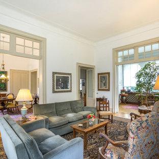 Idee per un grande soggiorno classico chiuso con sala formale, pareti bianche e pavimento in legno massello medio