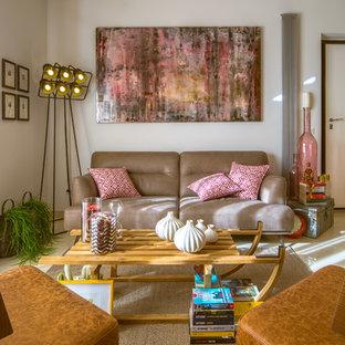 Ispirazione per un soggiorno industriale di medie dimensioni con pareti bianche e pavimento beige