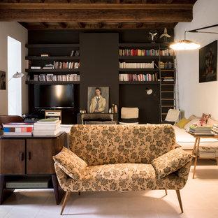 Diseño de sala de estar abierta, ecléctica, pequeña, con paredes negras, suelo de baldosas de cerámica, televisor colgado en la pared y suelo blanco