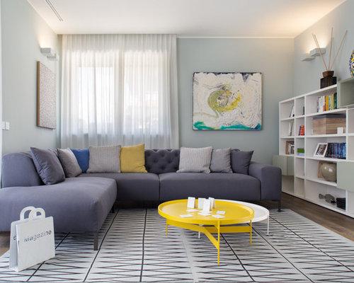Pareti Grigie Salotto : Foto e idee per living living con parquet scuro e pareti grigie