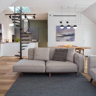 Ispirazione per un soggiorno minimal di medie dimensioni e aperto con pareti bianche e pavimento in legno massello medio