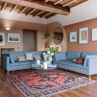 Foto di un soggiorno design di medie dimensioni e aperto con pareti multicolore, pavimento in legno massello medio, pavimento marrone, camino classico e cornice del camino in pietra