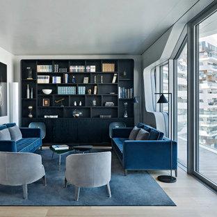 Foto di un soggiorno contemporaneo di medie dimensioni e chiuso con libreria, pareti bianche, pavimento in legno massello medio e nessuna TV